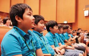 子どもたちは、真剣な表情で耳を傾けます