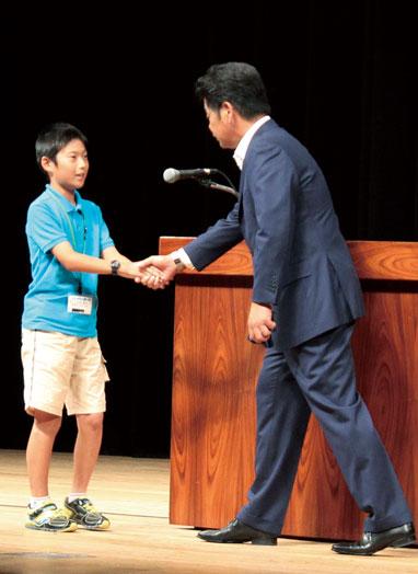 「将来の夢は野球選手」と話す大田峻平くん。「諦めず、進んで何事にも取り組んでいきたいです」とあいさつ