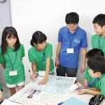 班のメンバーで協力して、1枚の新聞を作り上げます