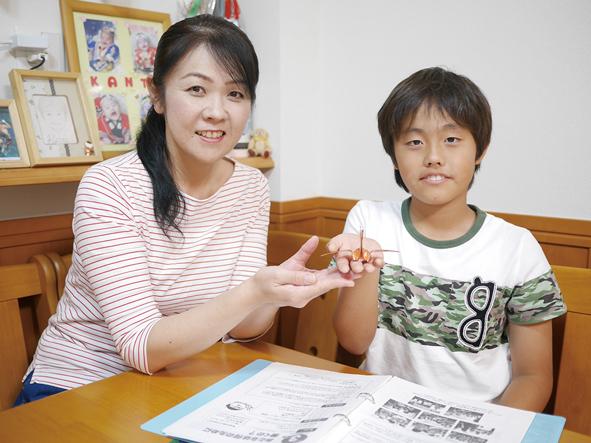 梅本寛太くんと母親の美佐江さん。ベガハウスでの職場体験では、〝もの作り〟も体験。自分で作った銅板の鶴を手に「いろいろな道具を使いながら作って楽しかったです」