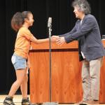 壇上で感謝の言葉を述べた鞭小々音さん。茂木さんと握手を交わします